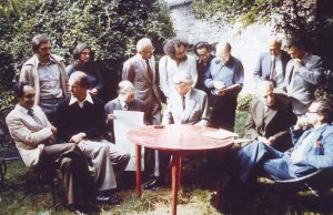 Meeting of the Oulipo in Boulogne, near Paris, on September 23, 1975, in the garden of François Le Lionnais. (© Archives Pontigny-Cerisy)